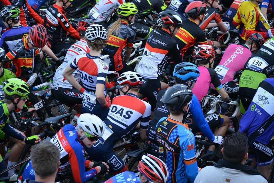 Omloop van Noord West Overijssel 2018 1 Roan en Moreno bij de start