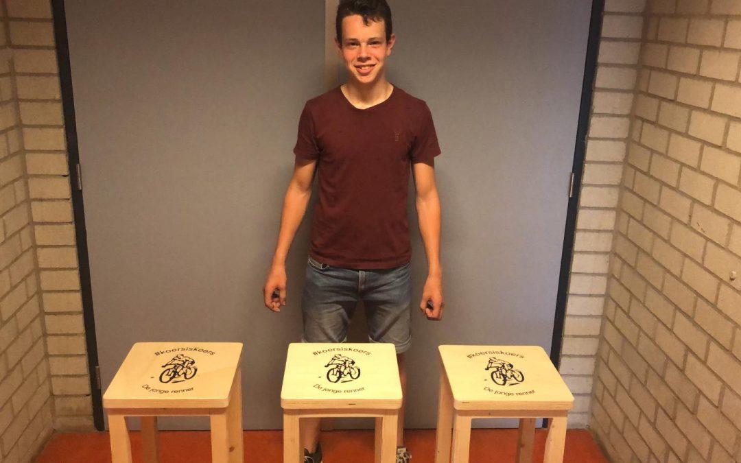 Vakman Bart Rutten maakt barkrukken voor het clubhuis